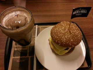 Rock'N'Roll Burger by Camila Natalo